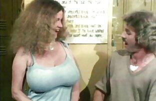 یک, خاله سوپر در یک لباس سکسی اغوا یک مرد نوجوان