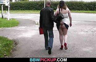 یک بانوی داغ در یک کرست سفید و جوراب ساق بلند سکس دختر خاله fucks در با دو, در الاغ