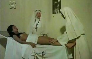 عمه بالغ در چکمه های لاکی با مهبل (واژن) در دست یک شریک جوان هل سکس با خاله و عمه