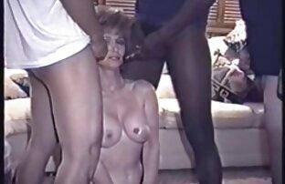 بلوند, مادر دوست داشتنی در جوراب ساق بلند سیاه و سفید سكس باخاله بمکد شریک زندگی خود را بر روی زانو های خود را