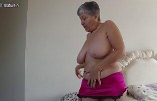 دختر لاغر در تی شرت سفید و شورت اسپری با آب در حمام خالی sex خاله