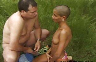 زن سبک و جلف آماده است برای یک خشن سکس با خاله و عمه و حیوانات