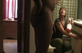 زن خانه دار در یک تی شرت راه راه و شورت راهرو را سکس دختر خاله پاک می کند