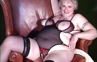 مامان در شلوار خاکستری بمکد دوست دختر و سراسیمه خاله بازی سکسی با او بر روی نیمکت