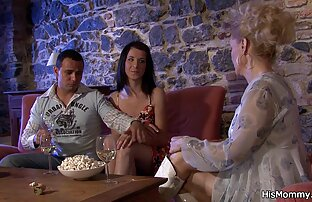 ازدواج در شورت صورتی قرار دادن یک کاندوم در پیچ عاشق او و سکس با عروس خاله آن را مکیده