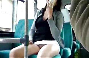 مادر دوست داشتنی می اندازد, طول می کشد خاموش جوراب ساق بلند سیاه داستان سکسی خاله و سفید در حالی که انگشت بیدمشک او