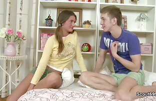 دختر در تی شرت سکسخاله خاکستری پرشهای دوست دختر او را در مقابل دوربین