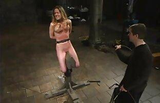 یک مرد می خاله بازی سکسی دهد ماساژ به یک دختر با یک موی بافته و روغن