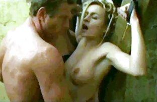 بانوی لمس جوانان سیکس خاله خود را با دست او قبل از تحریک بیدمشک بر روی نیمکت