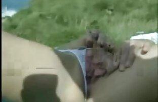 یک مرد سکس دختر خاله قرار می دهد دو دست در بیدمشک سبزه در یک بار قبل از قرار دادن یک آلت تناسلی مرد در داخل