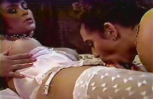یک دختر در جوراب شلواری خاکستری licked او انتخاب یکی از خروس قرار داده و بیدمشک او در داستان سکسخاله زیر او